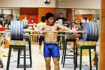 Chinese-weightlifter-squat